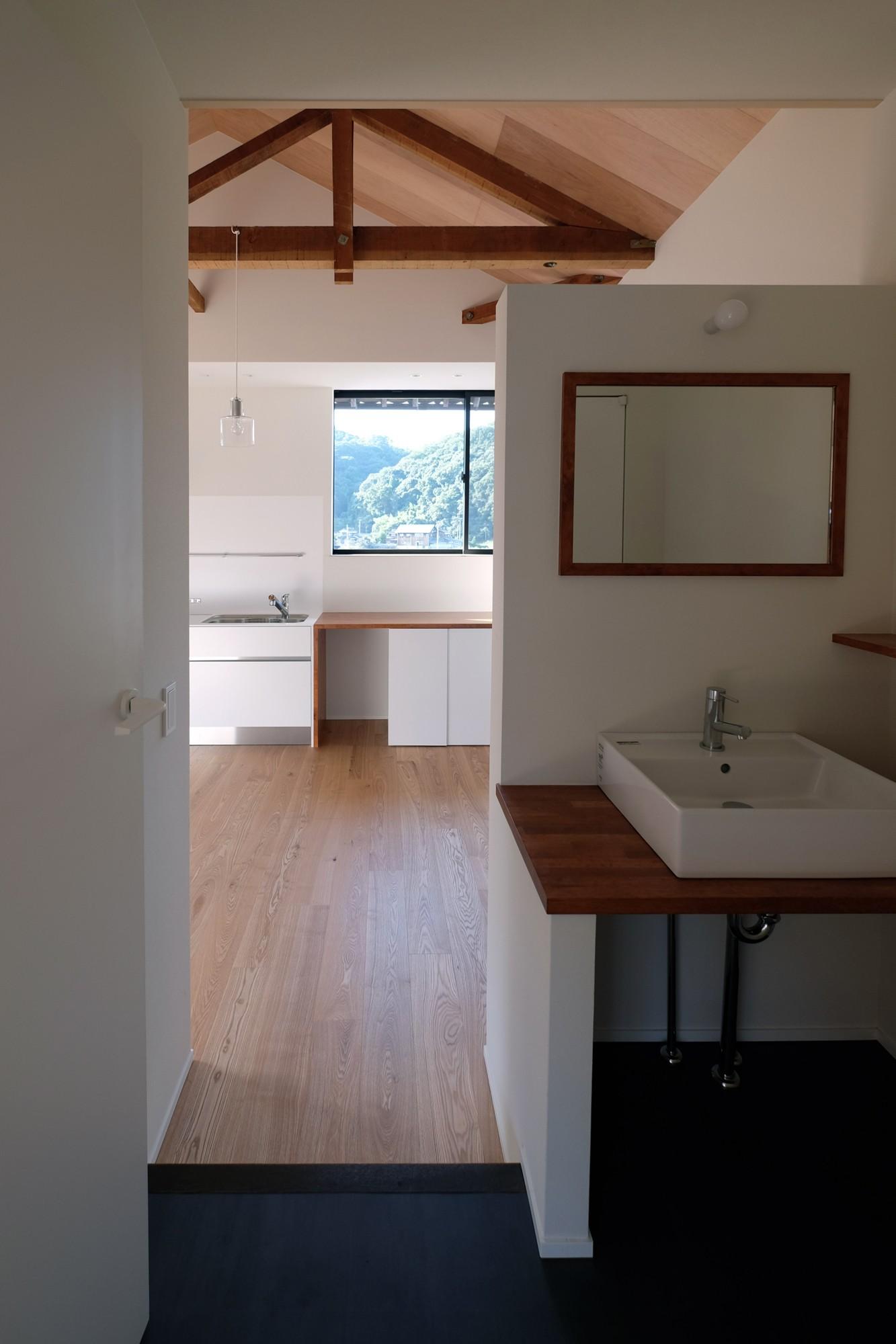 リビングダイニング事例:手洗いスペースからLDKを見る(朝倉の家【リノベーション】)