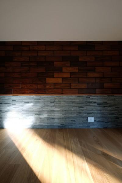 既存の木製パネルを利用したアクセントウォール (朝倉の家【リノベーション】)