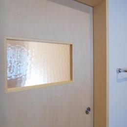 個性ある上下分離2世帯住宅~それぞれかかる工事費を明確にしての住まいづくり~ (思いの残る型板ガラスを利用した室内ドア)