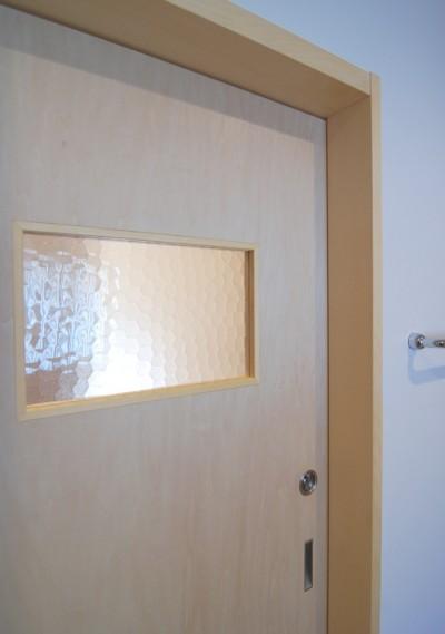 思いの残る型板ガラスを利用した室内ドア (個性ある上下分離2世帯住宅~それぞれかかる工事費を明確にしての住まいづくり~)