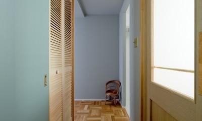 兵庫県N邸 − 壁の色で異なる雰囲気が楽しいお家 − (廊下)