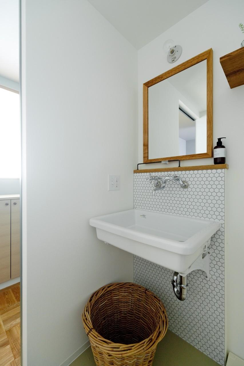 兵庫県N邸 − 壁の色で異なる雰囲気が楽しいお家 − (洗面)