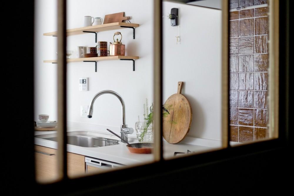 兵庫県N邸 − 壁の色で異なる雰囲気が楽しいお家 − (キッチン)