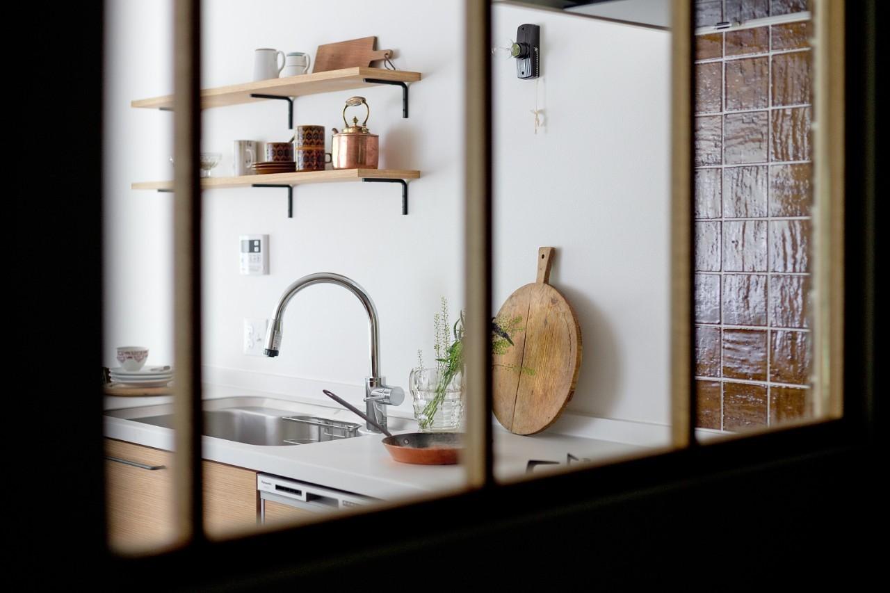 キッチン事例:キッチン(兵庫県N邸 − 壁の色で異なる雰囲気が楽しいお家 −)