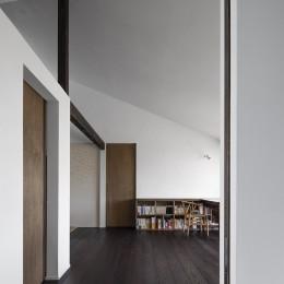 サクラの家 -寝室を中心として段階的に庭に開かれる住まい-