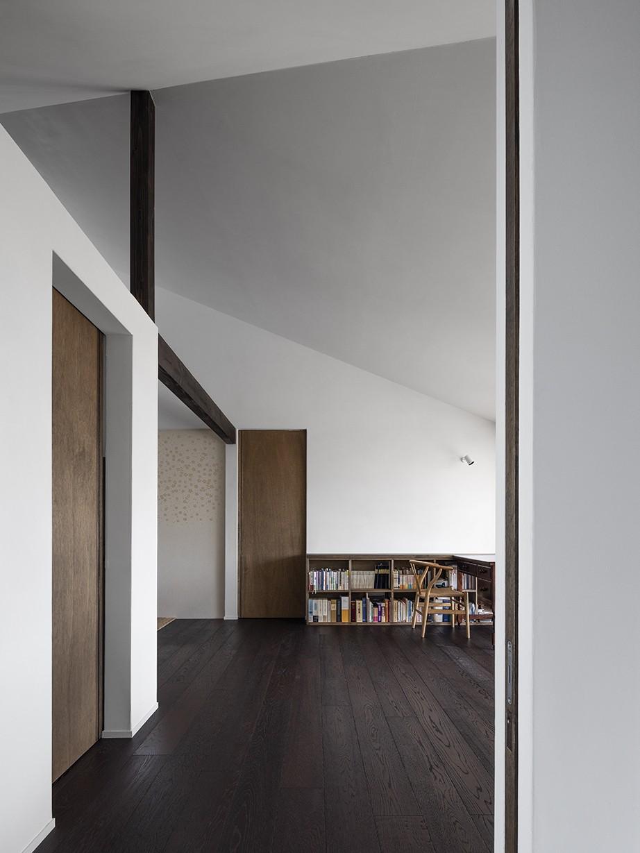 サクラの家 -寝室を中心として段階的に庭に開かれる住まい- (玄関からリビングを見る)