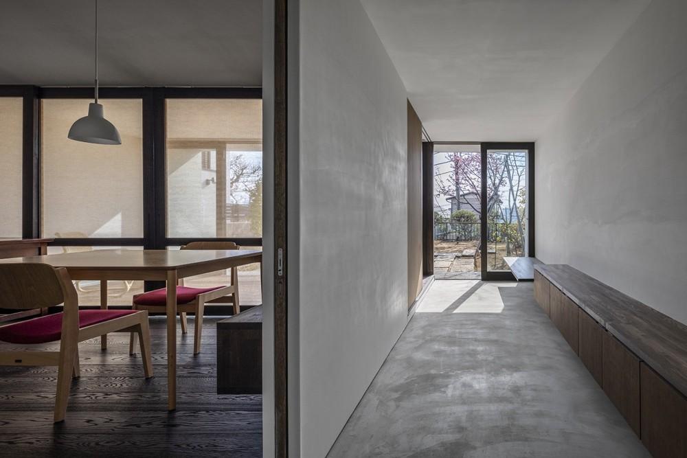 サクラの家 -寝室を中心として段階的に庭に開かれる住まい- (通り土間を見る)