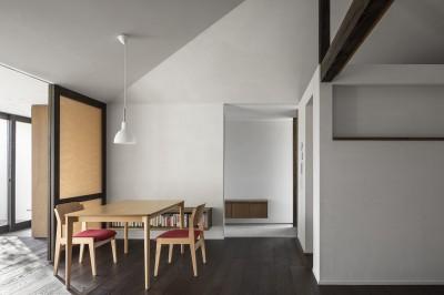 サクラの家 -寝室を中心として段階的に庭に開かれる住まい- (ダイニング)