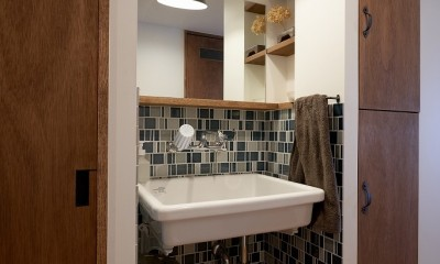 選びつくることをとことん楽しんだマンションリノベーション (廊下にある洗面スペース)