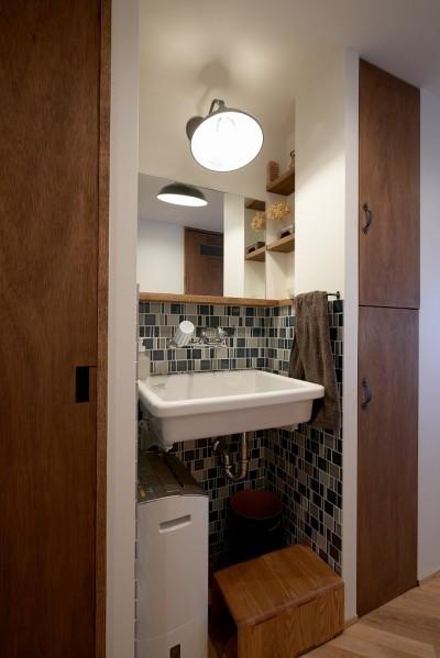 廊下にある洗面スペース (選びつくることをとことん楽しんだマンションリノベーション)