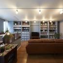 """造作棚でコレクションを効率良く収納。""""見せる収納""""が主役のお家の写真 取り出しやすさにもこだわった見せる収納"""