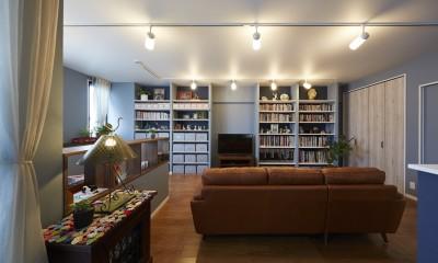 """造作棚でコレクションを効率良く収納。""""見せる収納""""が主役のお家"""