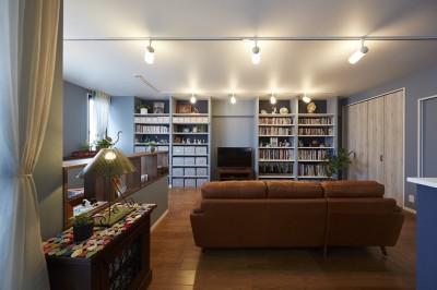 """造作棚でコレクションを効率良く収納。""""見せる収納""""が主役のお家 (取り出しやすさにもこだわった見せる収納)"""