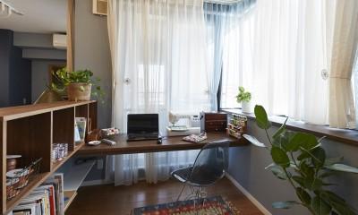 """造作棚でコレクションを効率良く収納。""""見せる収納""""が主役のお家 (理想を叶えた趣味の手芸コーナー)"""