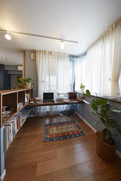 """理想を叶えた趣味の手芸コーナー (造作棚でコレクションを効率良く収納。""""見せる収納""""が主役のお家)"""