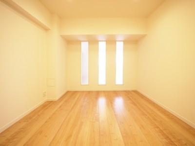 洋室 (壁面にすりガラスでアクセントを)