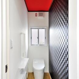 のびのびと走り回れる無垢のフローリング (トイレ)
