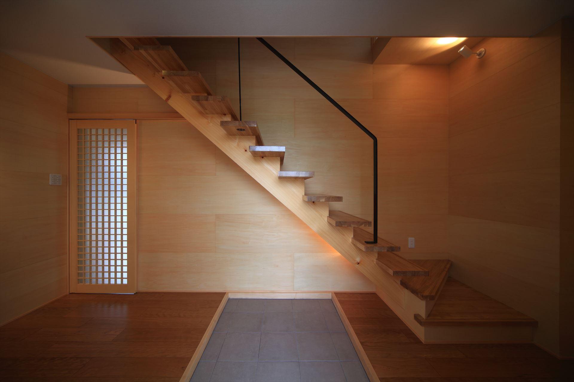 玄関事例:ストリップ階段(清流の家~眺望のよい2世帯住宅~)
