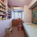 """造作棚でコレクションを効率良く収納。""""見せる収納""""が主役のお家の写真 アクセントの壁紙で印象的な寝室に"""