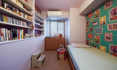 """造作棚でコレクションを効率良く収納。""""見せる収納""""が主役のお家 (アクセントの壁紙で印象的な寝室に)"""