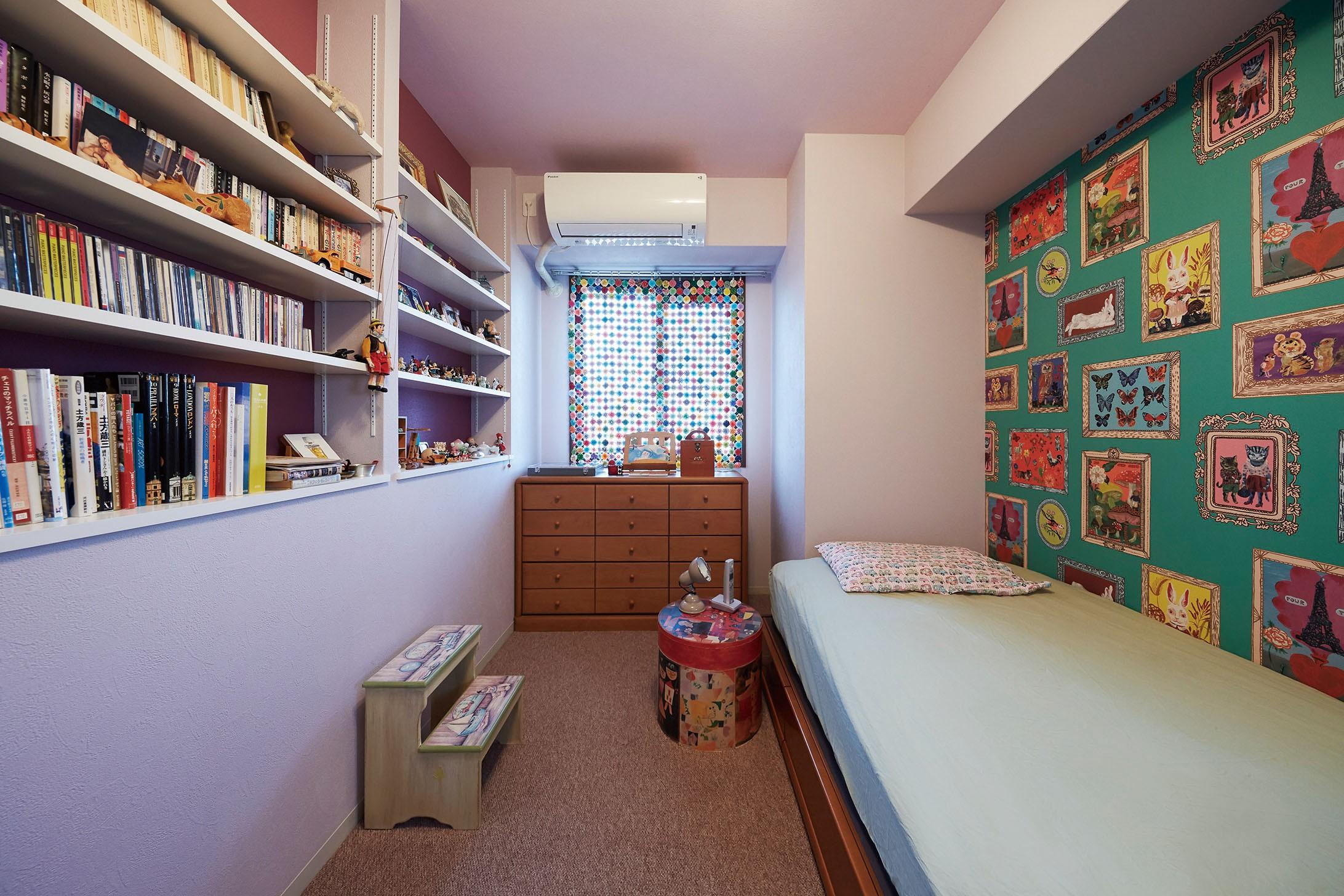 """ベッドルーム事例:アクセントの壁紙で印象的な寝室に(造作棚でコレクションを効率良く収納。""""見せる収納""""が主役のお家)"""