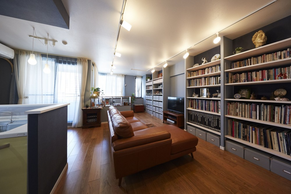 """造作棚でコレクションを効率良く収納。""""見せる収納""""が主役のお家 (見せる収納をお部屋のアクセントにしたリビングルーム)"""