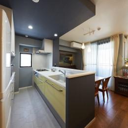 """造作棚でコレクションを効率良く収納。""""見せる収納""""が主役のお家 (ブルーのアクセントクロスでメリハリのあるキッチン空間)"""