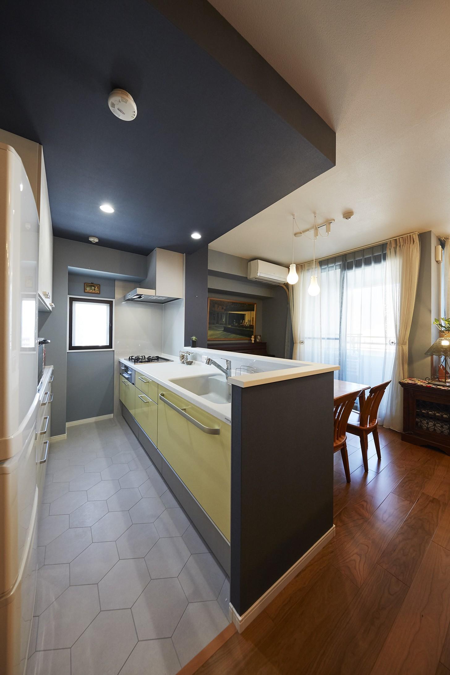 """キッチン事例:ブルーのアクセントクロスでメリハリのあるキッチン空間(造作棚でコレクションを効率良く収納。""""見せる収納""""が主役のお家)"""