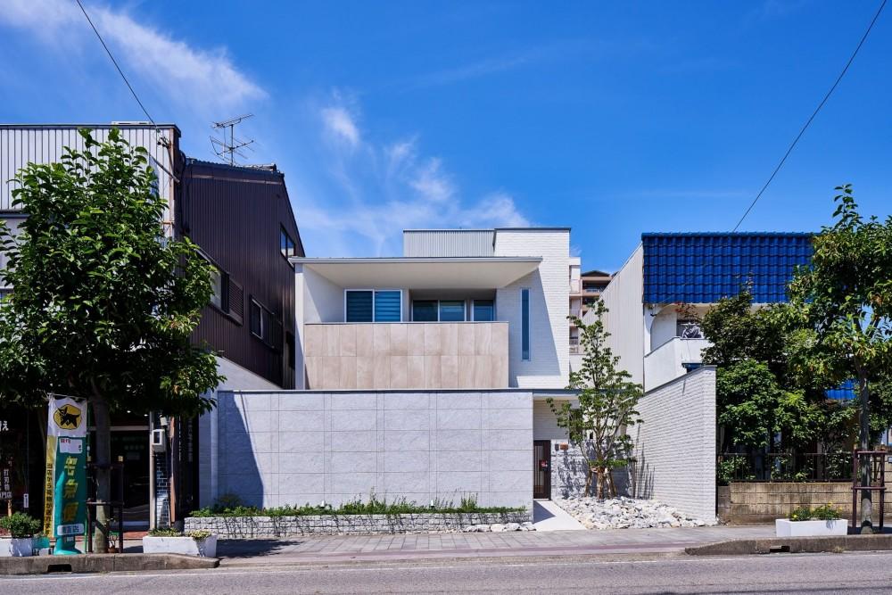 八幡の家~都市型コートハウス~ (街の中に溶け込む外観)