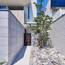 八幡の家~都市型コートハウス~ (シンプルなアプローチ)