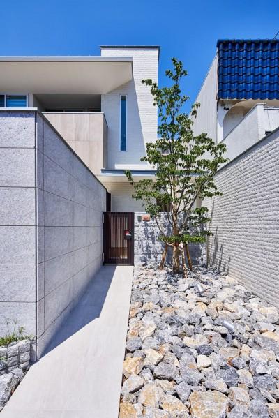 シンプルなアプローチ (八幡の家~都市型コートハウス~)