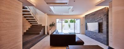八幡の家~都市型コートハウス~ (一体化したリビング階段)