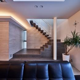 八幡の家~都市型コートハウス~ (彫刻的な階段)