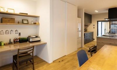 Legrand - アイランドキッチンを中心にぐるり。コンパクトな動線で家事効率UP! (リビングダイニング)