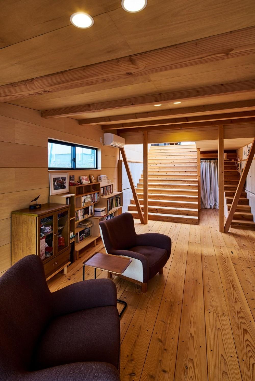 西魚の家~中古住宅を購入してスケルトンリノベーション~ (リビングと大階段)