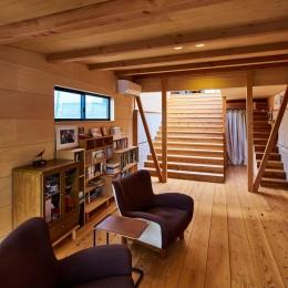 リビングと大階段 (西魚の家~中古住宅を購入してスケルトンリノベーション~)
