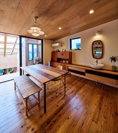 ダイニングとサンルームが一体空間 (西魚の家~中古住宅を購入してスケルトンリノベーション~)