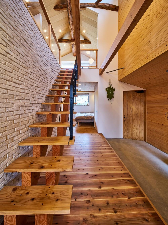 西魚の家~中古住宅を購入してスケルトンリノベーション~ (土間玄関とスケルトン階段)