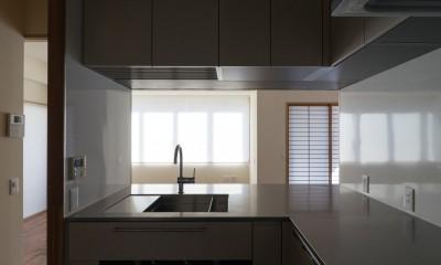 神楽坂の家 回遊できる小さな木の家|改修 (台所から居間への眺め。)