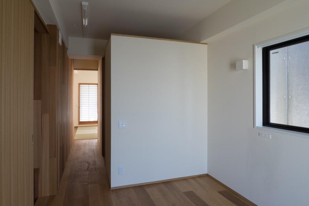 神楽坂の家 回遊できる小さな木の家|改修 (寝室とウォークインクローゼット)