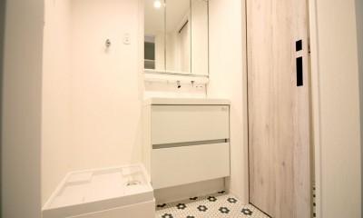 タイルで印象的なエントランス (洗面室)