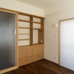 神楽坂の家 回遊できる小さな木の家|改修 (居間の本棚)