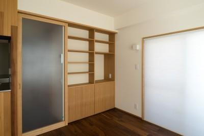 居間の本棚 (神楽坂の家 回遊できる小さな木の家|改修)