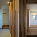 神楽坂の家 回遊できる小さな木の家|改修の写真 玄関と寝室