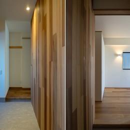 神楽坂の家 回遊できる小さな木の家|改修 (玄関と寝室)