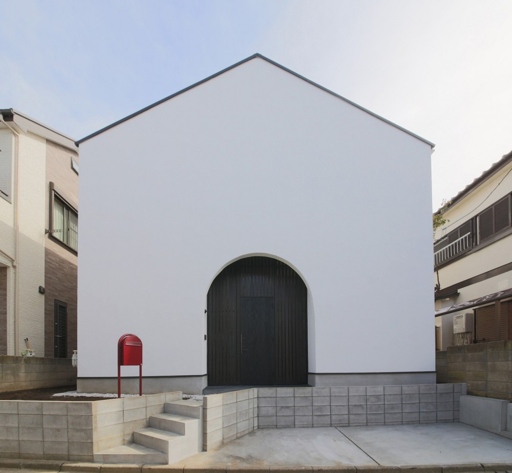 イエ型の外観 (建もの探訪で放送 ピアノ室のある狭小住宅・スキップフロアを生かしたOUCHI-29)