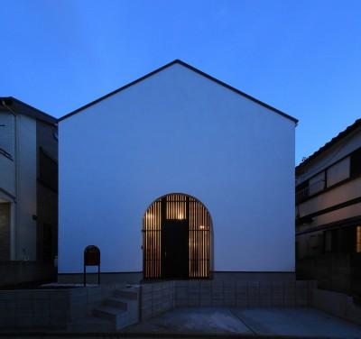 外観夜景 (建もの探訪で放送 ピアノ室のある狭小住宅・スキップフロアを生かしたOUCHI-29)