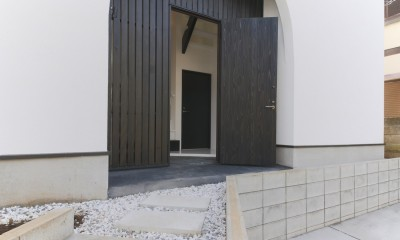 建もの探訪で放送 ピアノ室のある狭小住宅・スキップフロアを生かしたOUCHI-29 (玄関ポーチ)