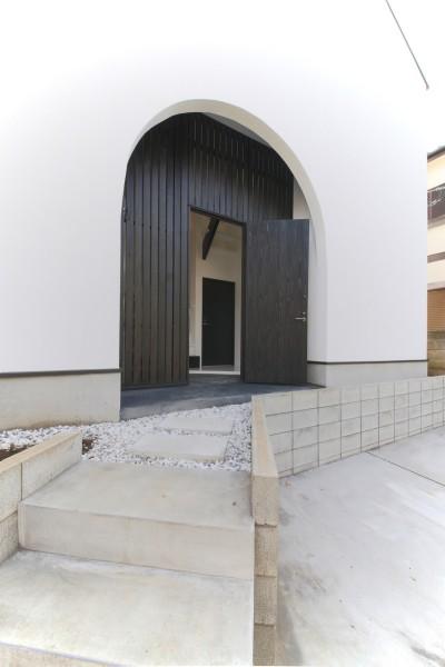 玄関ポーチ (ピアノ室のある狭小住宅・スキップフロアを生かしたOUCHI-29)