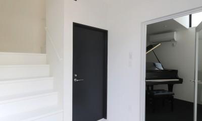 建もの探訪で放送 ピアノ室のある狭小住宅・スキップフロアを生かしたOUCHI-29 (玄関ホール)